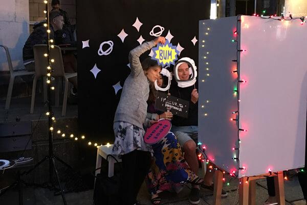 Imprezowe zdjęcia na ściance – poczuj się jak gwiazda!